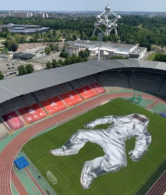 El PROYECTO CLOSER de Wim Tellier exhibe una instalación artística exuberante en el estadio de los Diablos Rojos de Bélgica